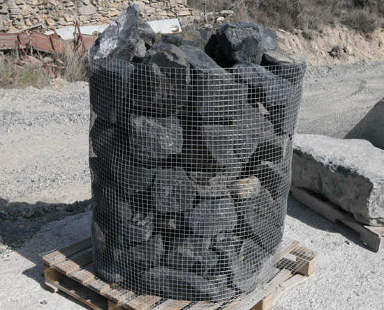 Roca negra en jaula para rocalla piedra de rocalla de jardin for Piedras negras para jardin