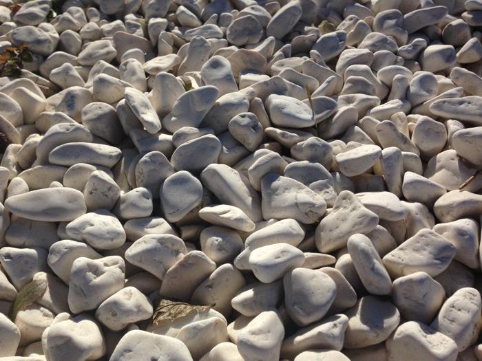 Cantos rodados blanco crema