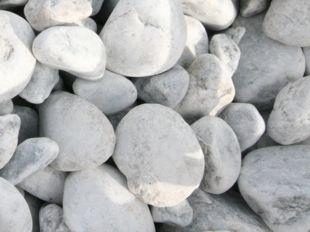 Cantos rodados grises blancos